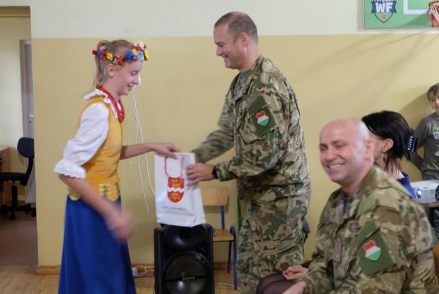 Gośćmi Szkoły Podstawowej w Węgiersku byli oficerowie bazy NATO w Bydgoszczy pochodzący z Węgier