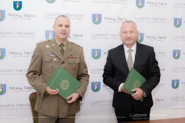 Umowę podpisali prezydent Ludomir Handzel i ppł. Radosław Podolski, dowódca 3 Batalionu Inżynieryjnego z Niska