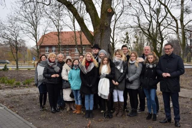 Pod ponad stuletnią gruszą, która rośnie w zrewitalizowanym parku, spotkali się autorzy i wykonawcy projektu, ich nauczyciele oraz burmistrz Pruszcza Gdańskiego Janusz Wróbel