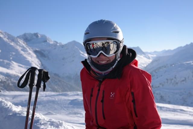 Zimowy urlop w górach dla wielu nieodłącznie wiąże się z szusowaniem na nartach albo snowboardzie. Jak zacząć przygodę z białym szaleństwem? Nauka jazdy na nartach czy snowboardzie możliwa jest w każdym wieku! Ile kosztuje zimowa przyjemność? Aby wyruszyć na stok trzeba się wyposażyć w sprzęt i akcesoria. Pierwszy raz na nartach: ile to kosztuje?
