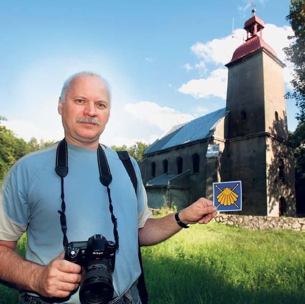Dariusz Jurek z Forum dla Zagłębia Dąbrowskiego z symbolem drogi św. Jakuba na górze Dorotce