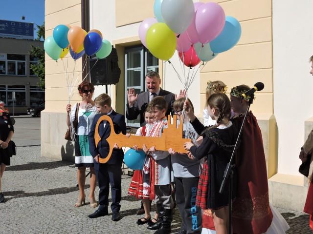 Burmistrz klucze przekazał młodzieży. Teraz czas na zabawę podczas 40. Dni Bielska Podlaskiego. A jedną z pierwszych imprez była symultana szachowa Włodzimierza Hackiewicza i 40 uczniów z Bielskich szkół