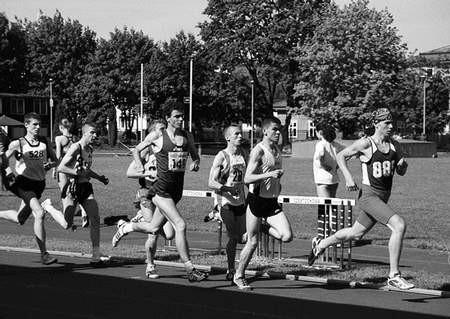 Grzegorz Urbanik (na czwartym miejscu) był na mecie biegu na 800 m drugi. Foto: KRZYSZTOF SULIGA