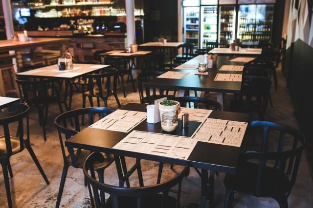 100 dni minęło od zamknięcia branży gastronomicznej w całym kraju. Od kliku tygodni odważni restauratorzy, mimo zakazów, otwierają swoje lokale dla gości. W Poznaniu obecnie stacjonarnie działa co najmniej 15 restauracji i kawiarni.