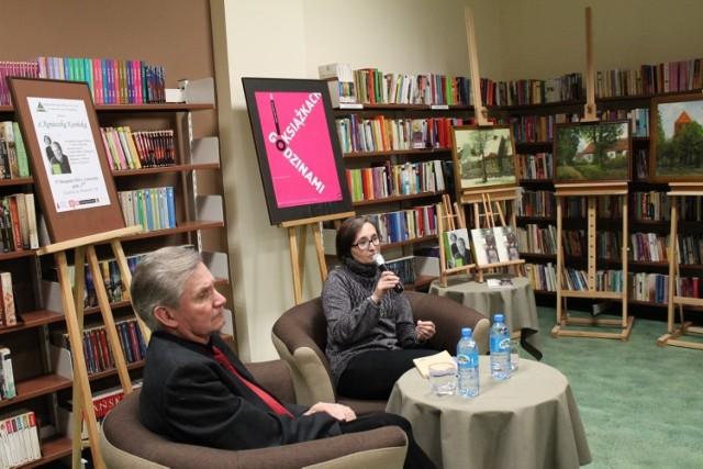 Na spotkaniu w bibliotece z pisarką i asystentką  Czesława Miłosza Agnieszką Kosińską był  jak zwykle tucholski poeta Kazimierz Rink i on też poprowadził rozmowę.