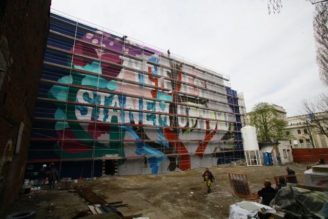 Nowy mural w Łodzi powstaje na kamienicy przy ul. M. Skłodowskiej-Curie