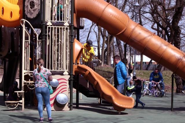 """W tak słoneczny i ciepły dzień jak niedziela (11 kwietnia) Park Miejski im. Piotra Janowskiego w Grudziądzu jest doskonałym miejscem do wypoczynku na świeżym powietrzu. """"Wypasiony"""" plac zabaw to niewątpliwa atrakcja dla najmłodszych."""