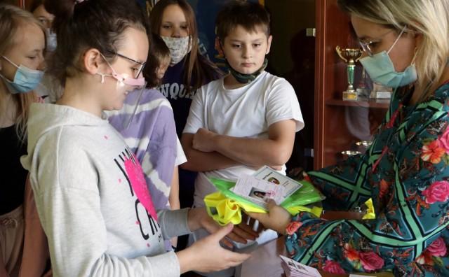 Po pozytywnym zdaniu egzaminu teoretycznego i praktycznego, uczniowie Szkoły Podstawowej nr 11 w Grudziądzu odebrali karty rowerowe