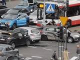 Dramatyczny wypadek w centrum Katowic. Osobówka zderzyła się z radiowozem, trzy osoby ranne