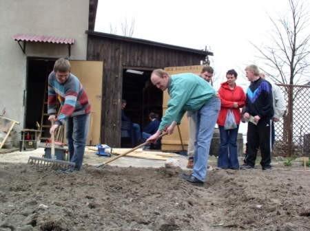 Pielęgnowanie grządek i sianie warzyw w czerskich WTZ. Na zdjęciu (na pierwszym planie od lewej) Adam Trzebiatowski i Roman Narloch.