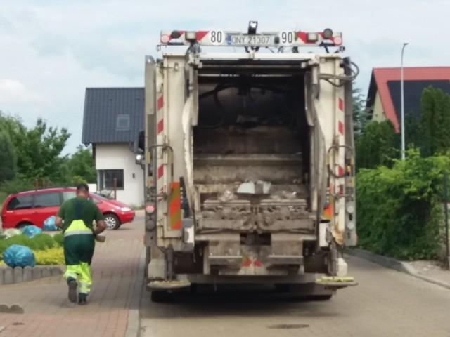 Panowie przy wywozie śmieci pracują w szalonym tempie