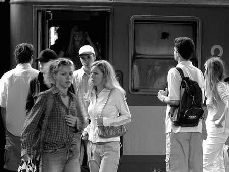 Policja przypomina, że na złodziei trzeba też uważać przy wsiadaniu do pociągu.  Foto: JAKUB MORKOWSKI