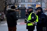"""Na drogach jest niebezpiecznie, ruszyła więc akcja """"Świeć się na święta"""". Policjanci w Opolu rozdają odblaski"""