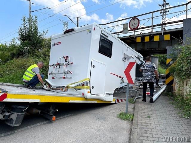 Wypadek w Opolu. Roztrzaskał nowiutkiego kampera o wiadukt nad ul. Krapkowicką