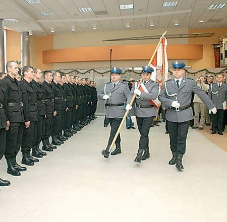 Sebastian Kolasiński odbiera z rąk Jacka Góreckiego, komendanta Wojewódzkiego Policji, służbową legitymację