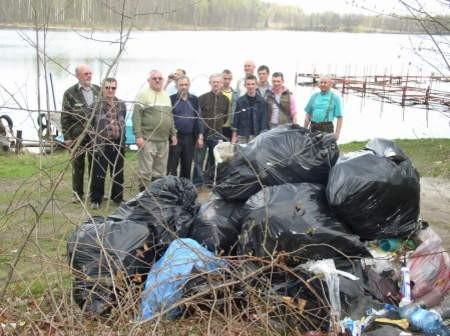 Wędkarze i uczniowie zebrali nad Jeleniem blisko 30 worków śmieci. Fot. Leszek Literski