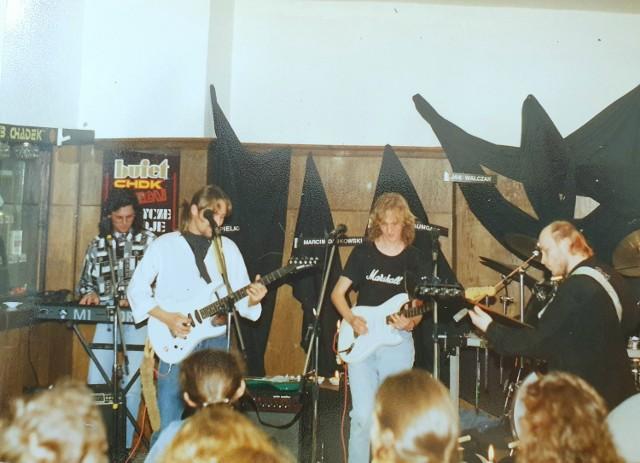 Na zdjęciu został ukazany zespół F.B.I. podczas koncertu na Zaduszkach Bluesowych 30 października 1992 r. Koncert odbył się w sali klubowej ChDK, ale scena dla muzyków - wyjątkowo znajdowała się po drugiej stronie sali. Podczas uwiecznionej na fotografii imprezy zagrał ponadto zespół New Time.