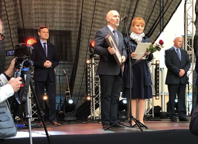 """Mieszkańcy Kwilcza – Monika i Marcin Lehmann – z nagrodą im. Danuty Siedzikówny """"Inki""""."""