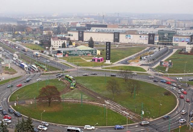 Drogowy paraliż na Ratajach? Największe problemy mogą wynikać z zaplanowanej na wiosnę 2020 roku przebudowy ronda Rataje w Poznaniu. Będzie to prawdopodobnie największa inwestycja, która ruszy w stolicy Wielkopolski w 2020 roku.   - Zgodnie z harmonogramem inwestycji roboty budowlane rozpoczną się w kwietniu 2020 roku. Potrwają do końca 2021 roku - mówi Maja Chłopocka-Nowak ze spółki Poznańskie Inwestycje Miejskie.  I dodaje: - Na rondzie powstanie wydzielone, ciche torowisko tramwajowo-autobusowe. Zmieniona zostanie konstrukcja jezdni, powstaną też dodatkowe pasy ruchu. Istniejące przystanki zostaną wydłużone.  Przejdź do kolejnego zdjęcia --->