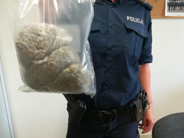 """Policjanci z aleksandrowskiej """"patrolówki"""" zatrzymali 21–letniego kierowcę, który posiadał przy sobie 0,5 kg marihuany."""