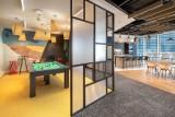 W centrum Warszawy powstało ponadczasowe biuro. Sala do jogi, przestrzeń z grami planszowymi i hamaki dla pracowników