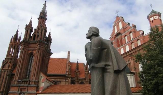 Pomnik Adama Mickiewicza w Wilnie oraz kościoły św. Anny (z lewej) i św. Bernarda