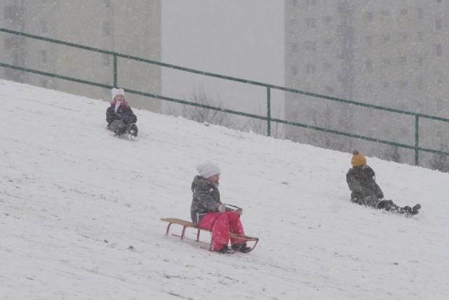 Gdzie na sanki w Poznaniu?  Prezentujemy 12 popularnych miejsc, gdzie, gdy tylko spadnie śnieg, pojawiają się dzieci z sankami. Są to górki na osiedlach i w parkach. Nie musisz jechać poza miasto, by znaleźć miejsca do zjeżdżania. Sprawdź, czy śnieżna górka nie znajduje się w pobliżu Twojego domu.   Zobacz miejsca w Poznaniu, gdzie można zjeżdżać na sankach ---->
