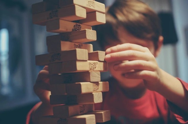 """– W tym roku śmiało można powiedzieć, że wśród prezentów dla dzieci dominuje rozrywka analogowa, zwłaszcza rodzinne gry, które nigdy się nie starzeją. Utrzymujący się """"trend na nostalgię"""" widać także w upominkach dla najmłodszych – piszą w raporcie przedstawiciele Empiku.   Sprawdź zestawienie najpopularniejszych gier i zabawek --->"""