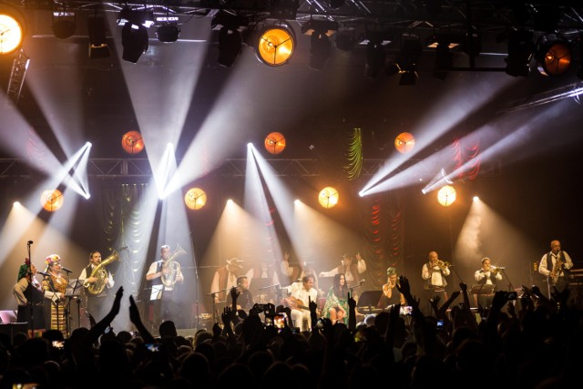W dniach 20-22 grudnia w warszawskim centrum Global EXPO odbędzie się niezwykłe wydarzenie muzyczne – #onelight Świąteczny Festiwal Kultur, czyli wspólne celebrowanie Świąt Bożego Narodzenia i Chanuki, które w tym roku wyjątkowo odbywają się w tym samym czasie. To doskonała okazja, aby posłuchać czołowych polskich wykonawców, między innymi Katarzyny Nosowskiej, Kayah i Adama Sztaby z orkiestrą, a także gości z zagranicy.  ZAGRAJĄ: Kayah Adam Sztaba z orkiestrą Katarzyna Nosowska Krzysztof Zalewski Natalia Nykiel Igor Herbut Dawid Kwiatkowski Skubas Klezmeranians Miqedem Maurice Sklar  KIEDY: 20-22 grudnia GDZIE: Global EXPO (ul. Modlińska 6D) BILETY: od 14,99 / dzień