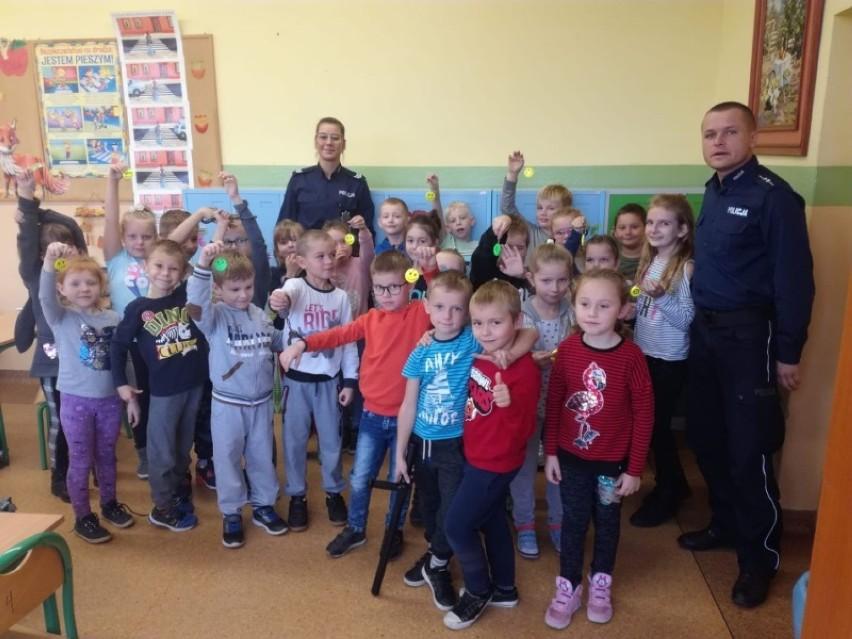 Jesienne wizyty dzielnicowych w szkołach - edukują pierwszaków (ZDJĘCIA)