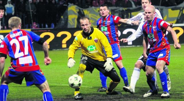 Nawet gdy bramkarz Polonii, Szymon Gąsiński nie złapał piłki, mógł jeszcze liczyć na pomoc kolegów  z drużyny