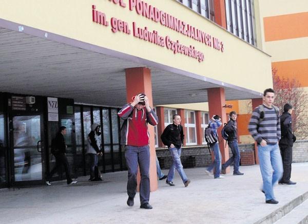 Uczniowie Zespołu Szkół Ponadgimnazjalnych nr 3 w Bełchatowie zastanawiają się, kiedy wreszcie nadejdzie kres konfliktu nauczycieli z dyrektorem szkoły i nastaną spokojniejsze czasy