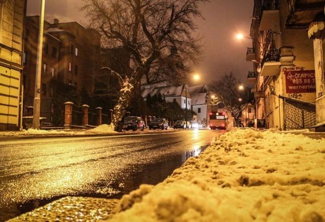 Synoptycy ostrzegają, że mokra nawierzchnia dróg i chodników będzie zamarzać
