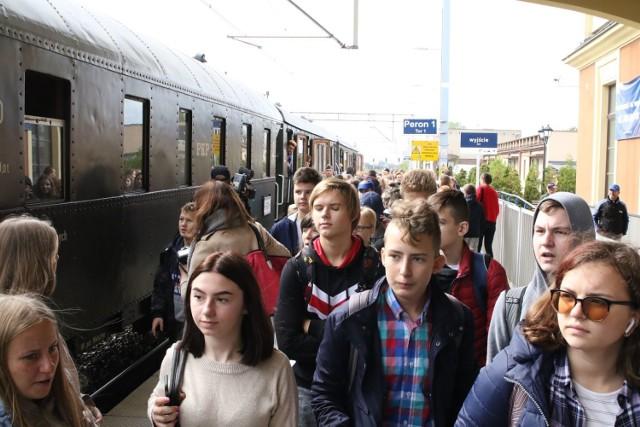 Koleje Wolności 1939-2019. Na kaliski dworzec kolejowy przyjechał parowóz retro