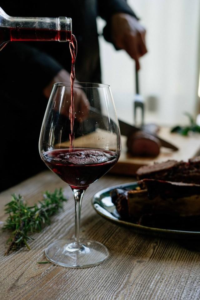 Czy starszy rocznik i zakorkowana butelka to gwarancja dobrego smaku wina? Obalamy najpopularniejsze mity o winie.
