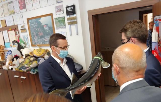 Premier Mateusz Morawiecki dostaje jesiotra od starosty Krzysztofa Lisa