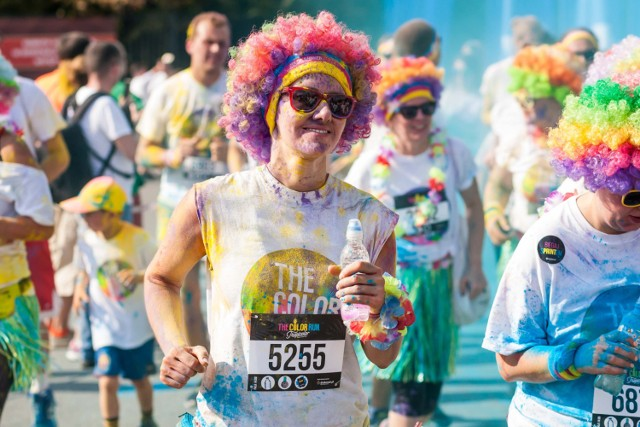 Najszczęśliwsze 5 kilometrów na świecie wraca do Warszawy. W niedzielę, 25 czerwca, błonia PGE Narodowego opanuje rzesza pokrytych kolorowym proszkiem biegaczy, tłumy młodych ludzi i rozbiegane rodziny – to wszystko w ramach The Color Run by Skittles.