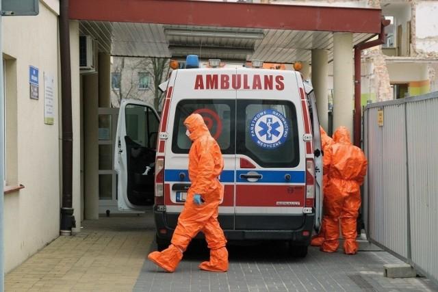 Choć nieco spada liczba nowych zakażeń SARS-CoV-2 to sytuacja na oddziałach covidowych jest trudna.