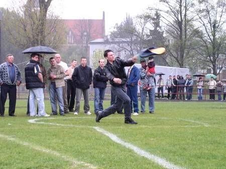 Marcin Cherek (rzuca laczkiem) nie zakwalifikował się do finału mistrzostw. Minimalna odległość musiała bowiem wynosić w eliminacjach 18 metrów. Fot. M. Sowisło