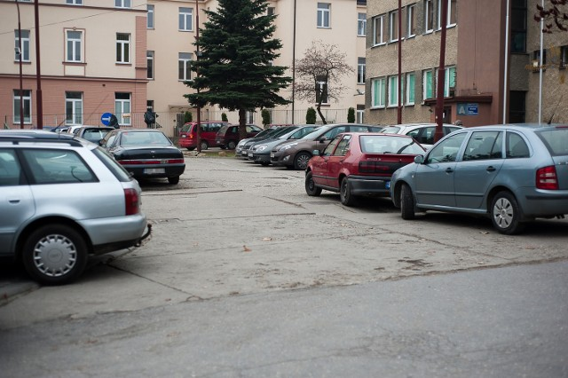 W poniedziałek wolnego miejsca parkingowego przy bocheńskim szpitalu szukaliśmy ponad kwadrans