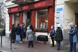 Długa kolejka do cukierni Świat Słodyczy w Kielcach. Na Kiermaszu świątecznym można tu kupić pyszne ciasta [ZDJĘCIA]