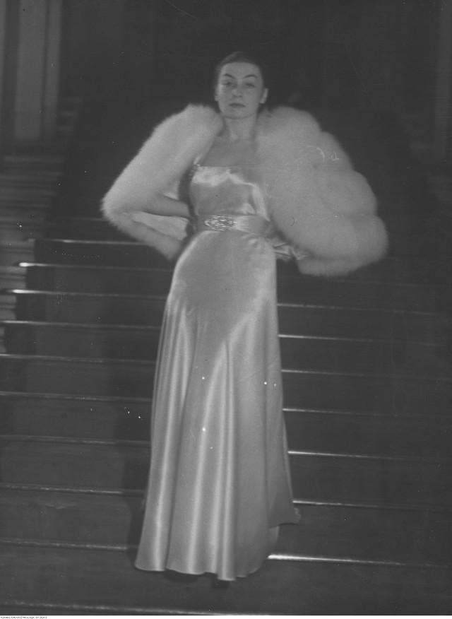 Aktorka Nina Andrycz. Fotografia pozowana na schodach. Data wydarzenia: 1938-01-08  Zespół: Koncern Ilustrowany Kurier Codzienny - Archiwum Ilustracji