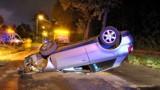 Bytom: Pijana kobieta jadąc audi, uderzyła w latarnie i dachowała [ZDJĘCIA]