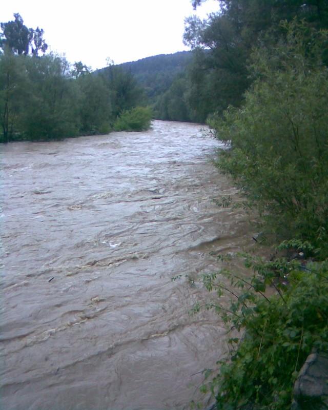 Zdjęcie wezbranej rzeki