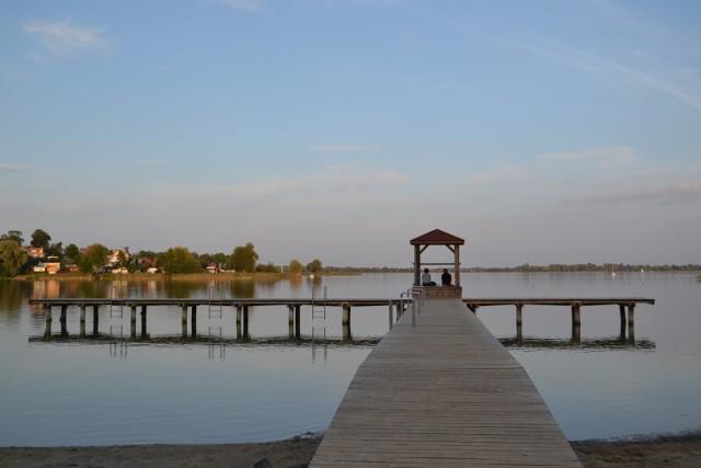 Gmina Powidz środki z PROW 2014- 2020 przeznaczyła na turystykę, budując nad Jeziorem Powidzkim pomosty. Na zdjęciu pomost w Powidzu.