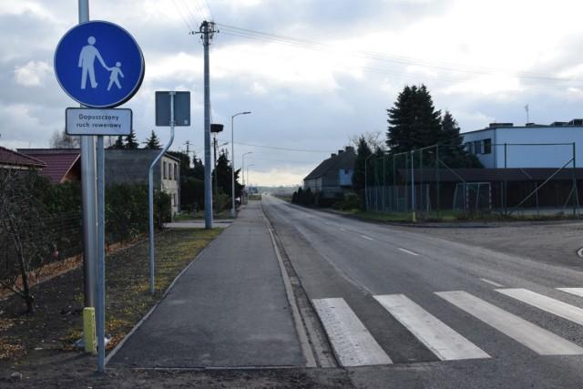 KOŚCIAN. W Nacławiu został wybudowany nowy chodnik. To pierwszy etap inwestycji, której celem jest budowa ścieżki rowerowej do Gryżyny