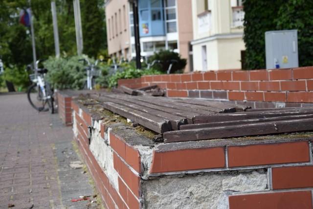 Ławki przy urzędzie miejskim w Wągrowcu są w fatalnym stanie