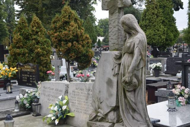 Cmentarz Parafialny w Sieradzu. Za bramą wielkiej ciszy pomyka jesień