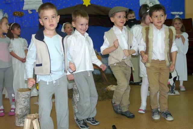 W czwartek grupa Promyczków z Przedszkola nr 13 w Skierniewicach wystawiła jasełka. Po przedstawieniu na dzieci czekał słodki poczęstunek, po którym do sali zawitał św. Mikołaj.