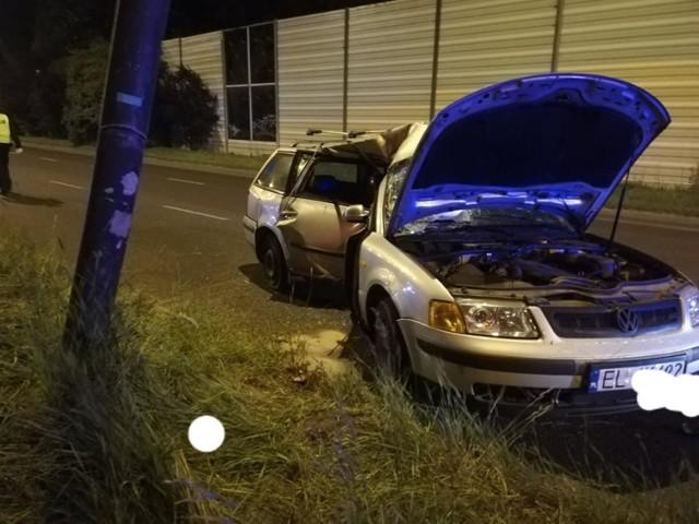 Volkswagen wbił się w latarnię.